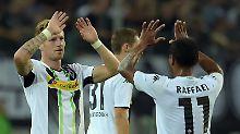 Gladbachs Andre Hahn und Raffael feiern das 1:0 gegen den FK Sarajevo.