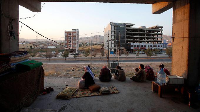 Jesiden, die dem Morden im Sindschar-Gebirge entkommen sind, leben jetzt in Rohbauten in der Stadt Dohuk im Nordirak.