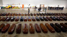 Hunderte Särge verdeutlichten das Ausmaß der Katastrophe vor Lampedusa am 3. Oktober 2013. Doch gestorben wird weiter im Mittelmeer.