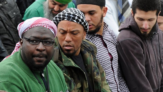 Der frühere Rapper Denis Cuspert (2. v. l.) ist einer der prominentesten Dschihadisten aus Deutschland, die sich dem IS angeschlossen haben.