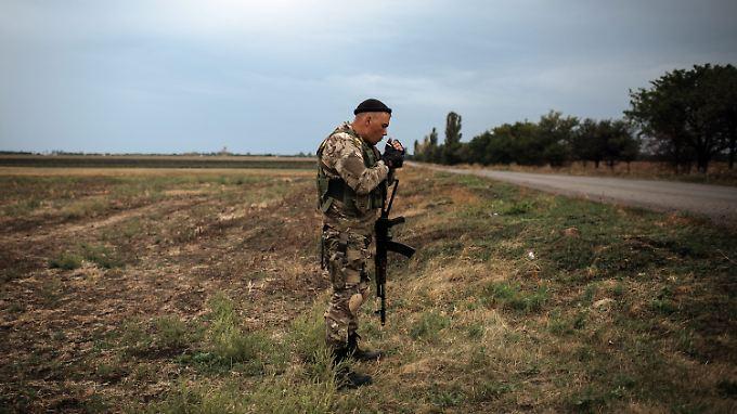 Bislang sichern ukrainische Soldaten auf Sichtweite die Grenze zu Russland.