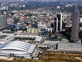 Blick auf das Frankfurter Messegelände, rechts der Messeturm.