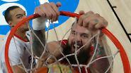 Basketballer sind richtig einfach bei Laune zu halten: Ball krachend durch den Ring stopfen, Spaß haben.