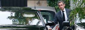 Sarkozy vor seiner Haustür in Paris.