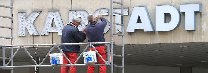 Die Seele der bundesdeutschen Fußgängerzonen: Hier im Bild arbeiten Techniker am Karstadt-Schriftzug in Magdeburg (Archivaufnahme).