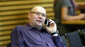 Der ehemalige Stasi-Mitarbeiter Frank Kuschel hat es wieder in den Landtag geschafft. Da eine Koalition der Linken mit SPD und Grünen nur einen Sitz mehr als die Opposition hätte, käme bei dieser Konstellation auch Kuschel ein großes Gewicht zu.