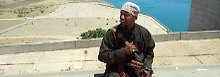 """Der Berliner Dschihadist Denis Cuspert auf einem Staudamm im Irak. Früher rappte er unter dem Namen """"Deso Dogg"""", heute kämpft er angeblich unter dem Namen Abu Talha al-Almani für ein Kalifat."""