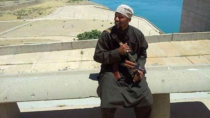 """Der Berliner Denis Cuspert auf einem Staudamm im Irak: Früher sang er als """"Deso Dogg"""" Rapsongs, heute tötet er angeblich unter dem Namen Abu Talha al-Almani für ein Kalifat."""