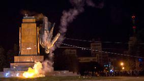 "Demonstranten stürzen Lenin: ""Verdammte Kommunistenikone"" vom Sockel geholt"