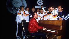 """1989 nimmt  Sänger und Komponist Udo Jürgens mit der deutschen Nationalmannschaft den Song zur anstehenden Weltmeisterschaft auf (""""Wir sind schon auf dem Brenner"""")."""