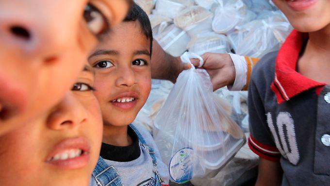 Essensausgabe in Jordanien. Das Welternährungsprogramm hat kein Geld mehr, die Flüchtlinge aus Syrien angemessen zu versorgen.