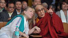 Jody Williams (l.) erinnerte im nordindischen Dharamsala an die Verleihung des Friendesnobelpreises an den Dalai Lama vor 25 Jahren.