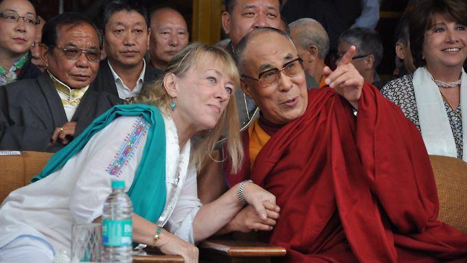 Jody Williams (l.) erinnerte in Dharamsala an die Verleihung des Friedensnobelpreises an den Dalai Lama vor 25 Jahren.