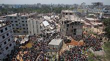 Das eingestürzte Rana-Plaza-Fabrikgebäudes in Bangladesch im April 2013. Danach wurden nach Branchenangaben mehr als 200 Textilfirmen im Land geschlossen. Zehntausende Beschäftigte sollen dadurch ihre Arbeit verloren haben.