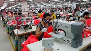 Mehr Lohn, kürzere Arbeitszeiten: Entwicklungsminister für neue Standards in Textilbranche