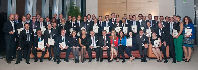 Gruppenbild der Preisträger in der Bertelsmann-Repräsentanz in Berlin.