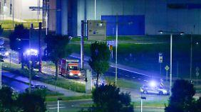 Mit Polizeibegleitung wurde der Mann aus Liberia vergangene Woche vom Flughafen Halle/Leipzig in die Klinik gebracht.