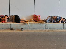 Wanderarbeiter schlafen in einem Straßentunnel in Hefei, China: In dem Milliardenstaat hat die Ungleichheit besonders stark zugenommen.