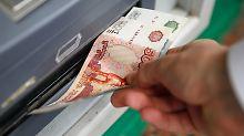 Sanktionen wirken: Rubel fällt auf neues Allzeittief