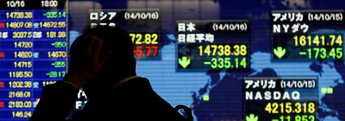 Grün leuchten Börsianern in Tokio die Abwärtspfeile entgegen.