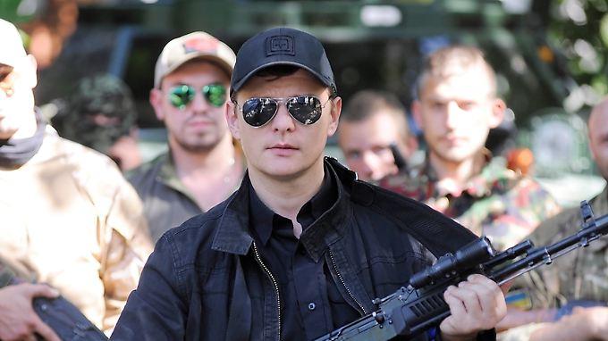 Schwarze Kappe, schwarze Sonnenbrille, schwarze Kalaschnikow: Oleh Ljaschko mit seinen Markenzeichen.