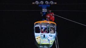 Wetter schlägt Kapriolen: Familie hängt bei Sturm vier Stunden in Gondel fest