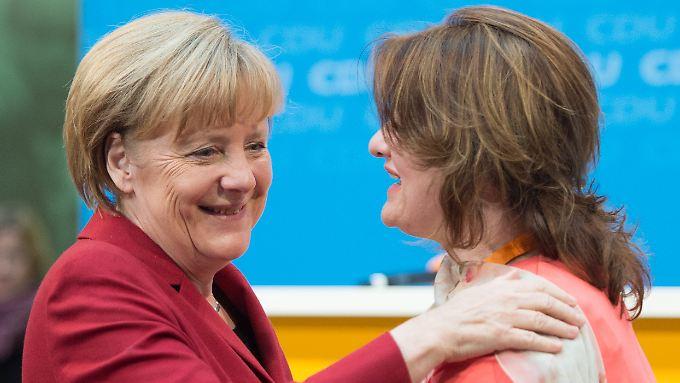 Die CDU-Vorsitzende Angela Merkel nimmt Glückwünsche einer Besucherin im Konrad-Adenauer-Haus entgegen.
