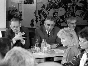 Günter Schabowski und Egon Krenz zu Besuch im VEB Werkzeugmaschinenkombinat in Ost-Berlin am 7. Oktober 1989.