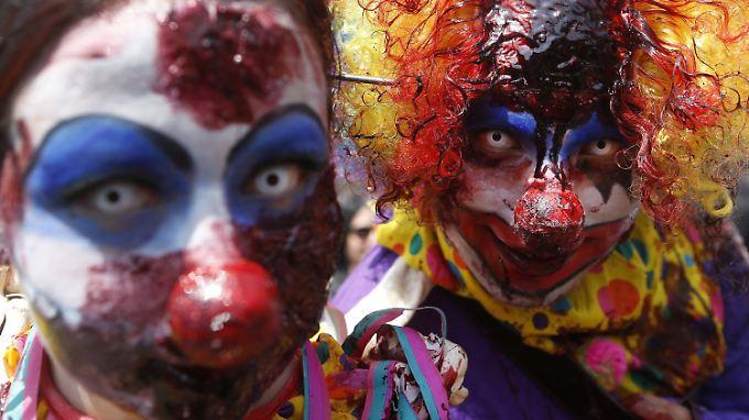 Die gruseligen Clowns erinnern an die dunkle und unheilvolle Seite, die der schillernden Figur des zumeist lustigen Spaßmachers in der Literatur und in Filmen nachgesagt wird. (Themenbild)
