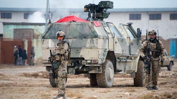 Bundeswehrsoldaten sichern im afghanischen Masar-i-Scharif eine Straße.