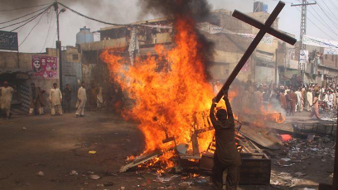 Christen leben in Pakistan gefährlich - immer wieder kommt es zu Gewalt gegen die Minderheit. Hier: Ausschreitungen in Lahore im März 2013.
