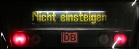 Klare Ansage: Stillgelegter Zug der Deutschen Bahn.