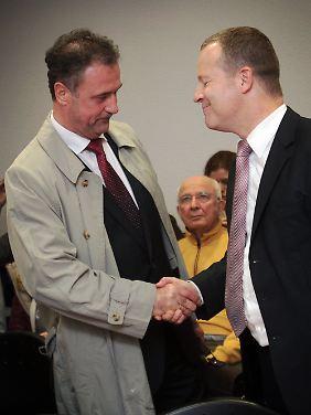 Die Umgangsformen werden trotz heftigen Streits tip top gewahrt: Weselsky (l.) und Bahn-Anwalt Michael Fritz vorm Frankfurter Arbeitsgericht.