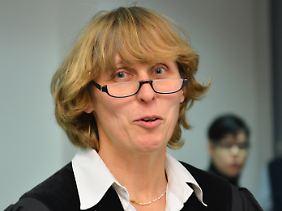 Mit Bonbons, Bananen und Wasserflasche in die Überstunden: Die Vorsitzende Richterin Ursula Schmidt am Frankfurter Arbeitsgericht in einer Verhandlungspause.