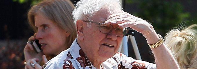 Als einer der reichsten Männer der Welt kann man sich Ausrutscher bei Hemden und Anlageentscheidungen leisten: Warren Buffett im Juli auf einer Medienkonferenz in Idaho.