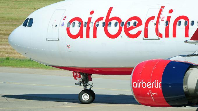 Weitere Sparprogramme angekündigt: Air Berlin halbiert Gewinn