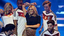 Helene Fischer und Fußball - auf einer Bühne.