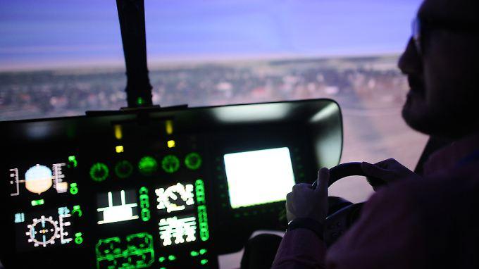 """Im Deutschen Zentrum für Luft- und Raumfahrt (DLR) in Braunschweig sind  die Ergebnisse des EU-Projekts zu """"myCopter"""", einer Art Hubschrauber für jedermann, vorgestellt worden. Bild: Ein Mann in einem """"Eurocopter""""-Hubschraubersimulator."""