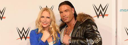 Tim Wiese und Moderatorin Sonya Kraus beim WWE-Event in Frankfurt.