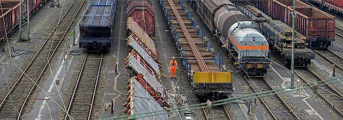 Verhandlungen bei der Bahn: Streiks in der Vorweihnachtszeit, heißt es aus der Wirtschaft, wären besonders bitter.