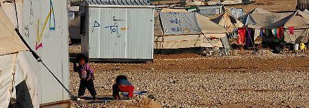 Seitdem sind zehntausende Flüchtlinge aus der syrischen Provinz Daraa hier gestrandet.