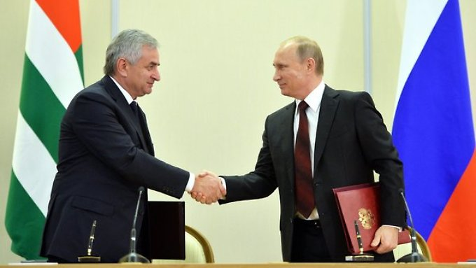 Abchasiens Präsident Raul Chadschimba und Russlands Staatschef Wladimir Putin (r.) besiegeln die Zusammenarbeit.