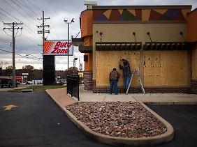 Zündfunken in einem sozialen Pulverfaß: In und um Ferguson bereiteten Geschäftsleute ihre Läden und Verkaufsflächen auf eine unruhige Nacht vor.
