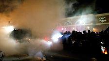 ... aufgebrachte Demonstranten ...