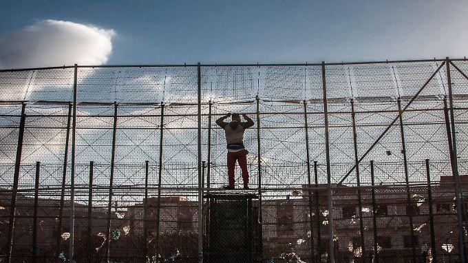 Die letzte Grenze ist kaum zu überwinden. Ein afrikanischer Flüchtling scheitert an den massiven Grenzanlagen der spanischen Enklave Melilla.