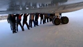 Starthilfe in Sibirien: 74 Passagiere schieben festgefrorene Tupolew an