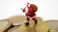 Ende des Jahres können sich viele Arbeitnehmer über Weihnachtsgeld freuen. Wer es noch nicht für Geschenke verplant hat, kann es auch gewinnbringend investieren.