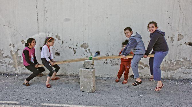 Der Bewegungsradius ist klein – die Kinder vertreiben sich die Zeit mit selbstgebauten Spielgeräten ...