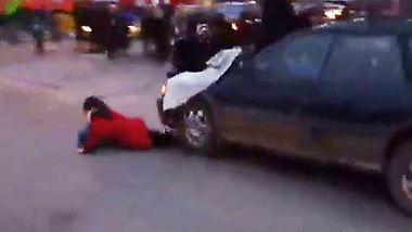 Ferguson-Protest in Minneapolis: Rücksichtsloser Fahrer schiebt Demonstrantin vor sich her