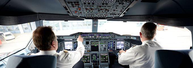 """""""Das Ziel ist, dass die Maschinen am Mittwochmorgen am richtigen Ort positioniert sind"""": Blick ins Cockpit einer A380 der Deutschen Lufthansa."""